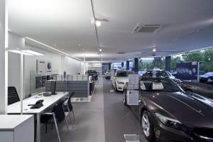 Autohaus Innenansicht Tische und Autos