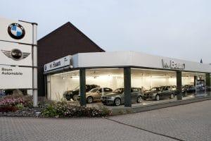 Außenansicht Autohaus mit Blick auf die Autos durch Fensterwand
