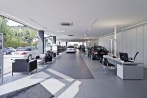 Autohaus Innenansicht, Tische, Sitzgelegenheiten und Fahrzeuge