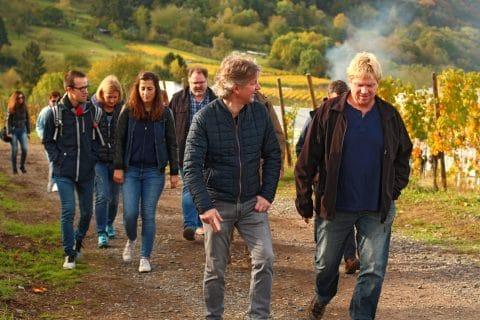 Mitarbeiter gehen in Weinbergen spazieren