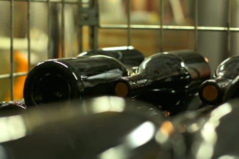 Dunkle Glasflaschen mit Korken