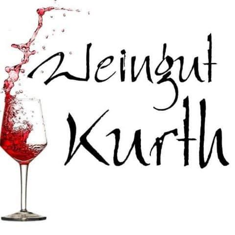 """Schrift """"Weingut Kurth"""" und Weinflasche"""