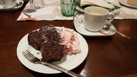 Kaffeetasse und Kuchen