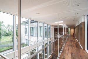 Bürogebäude innen, Flur und Gelände aus Glas