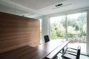 Heller Büroraum mit Glastür nach draußen