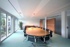 Büroraum langer Tisch und Stühle