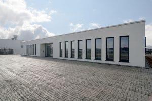 Weißes Bürogebäude mit vielen Fenstern, Außenansicht