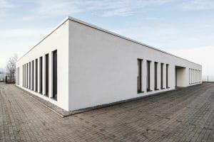 Weißes Bürogebäude Außenansicht, viele Fenster