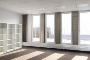 Helles Bürogebäude innen, Regale und große Fenster