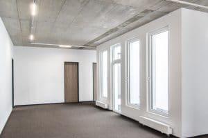 Bürogebäude innen, helle Wände und dunkler Boden