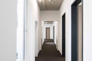 Bürogebäude innen, langer Flur und Türen