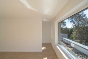 Weißer Raum mit großem Fenster