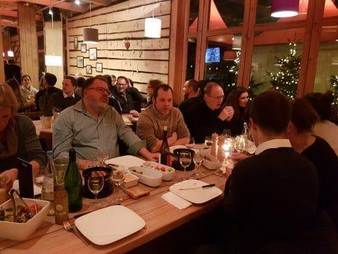 Mitarbeiter essen im Restaurant