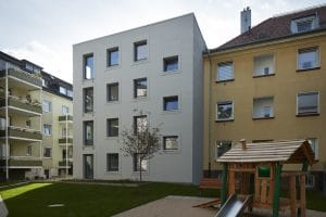 Gebäude von außen und Spielgeräte für Kinder