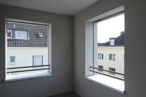 Raum innen mit Fenstern zu zwei Seiten