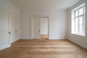 Helle Wohnung mit großen Fenstern