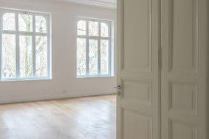 Heller Raum mit großen Fenstern