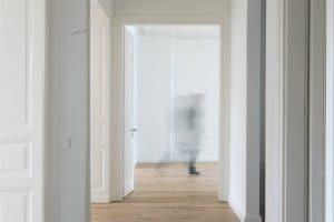 Heller Flur mit Türen zu beiden Seiten