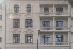 Außenansicht mehrstöckiges Gebäude mit Balkonen