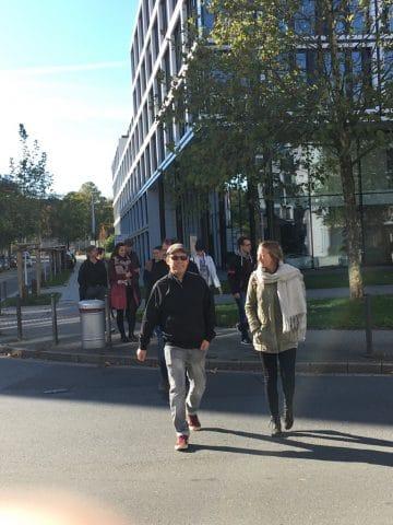 Mitarbeiter überqueren Straße
