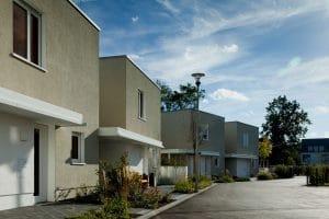 Außenansicht Straße mit mehreren Wohnhäusern