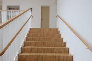 Helle Wände und Treppe innen