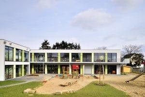 Kindergarten Außenansicht, Hof mit Spielgeräten