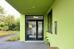 Kindergarten außen, grüne Wände und Decke