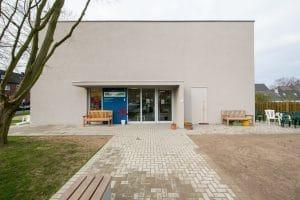 Kindergarten Außenansicht gepflasterter Weg