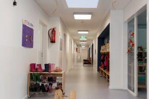 Kindergarten langer Flur mit Garderobe