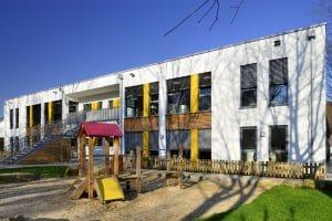 Kindergarten Außenansicht Spielgeräte