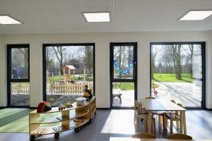 Kindergarten Sicht durch große Fenster zum Hof