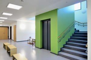 Kindergarten Innen, grüne und weiße Wände