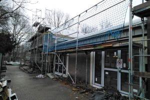 Gymnasium Neubau mit Gerüst von außen
