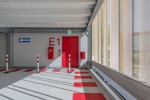 """Parkhaus Klinikum innen rote Tür und Schrift """"E1"""""""
