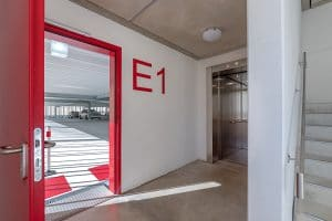 """Parkhaus Klinikum Innen, rote Tür und Schrift """"E1"""""""