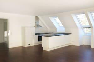 Raum helle Wände, weiß-schwarze Küche