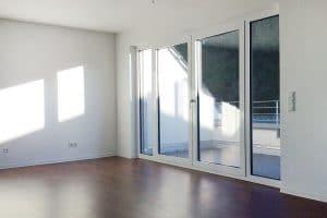 Leeres Zimmer mit großen Fenstern und Balkon