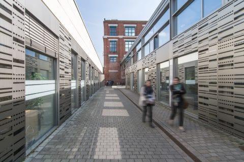 Gebäude von außen auf beiden Seiten mit Weg dazwischen