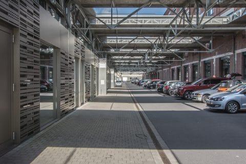 Synarchitekten Gebäude von außen und Parkplätze