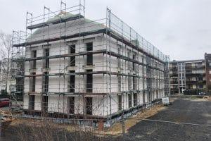 Wohnungsbau mit Gerüst von außen