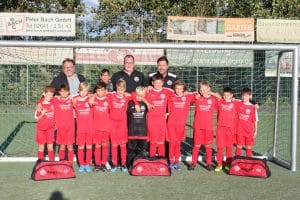 Kinder Fußballteam im Tor