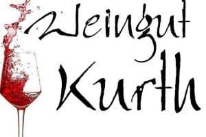 """Schrift """"Weingut Kurth"""" mit Weinglas"""